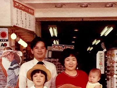 1976年頃。大手町店の前で創業者 小澤真一(後方左側)と家族で。